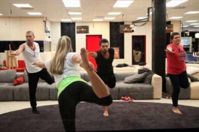 """""""Grande Fratello 14"""": sale la tensione per la finale e nella Casa ci si rilassa con lo yoga"""