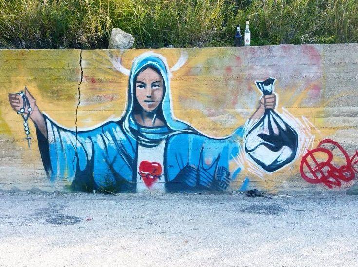 Siracusa, spunta il murales con la Madonna della discarica