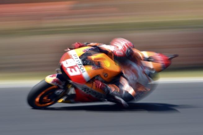 MotoGp: Marquez beffa Lorenzo nel giro finale e salva Rossi (solo quarto)