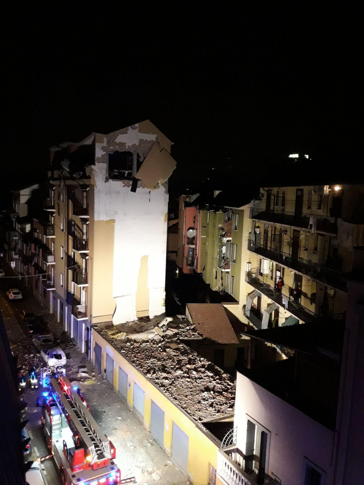 Esplosione nel Milanese, distrutto l'ultimo piano di una palazzina