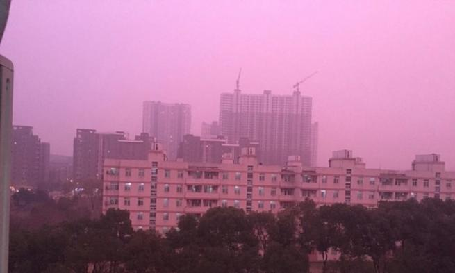 """Cina, l'inquinamento colora il cielo di rosa: """"Paghiamo con la nostra salute"""""""