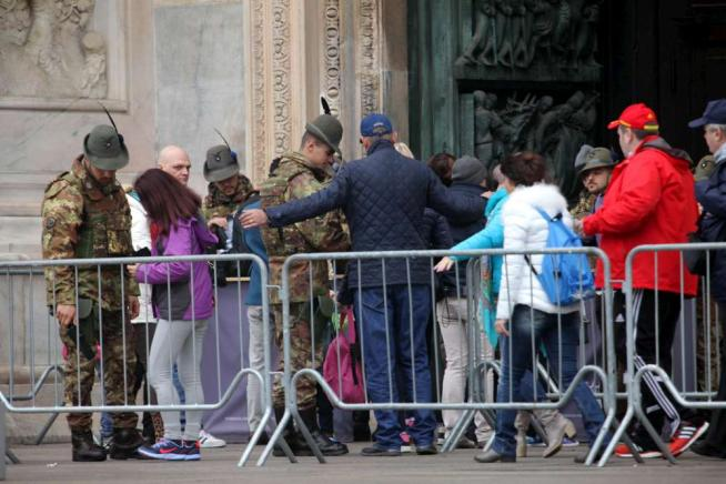 "Allerta terrorismo, Milano e Roma blindateGabrielli: ""Giubileo è giusto, vita va avanti"""