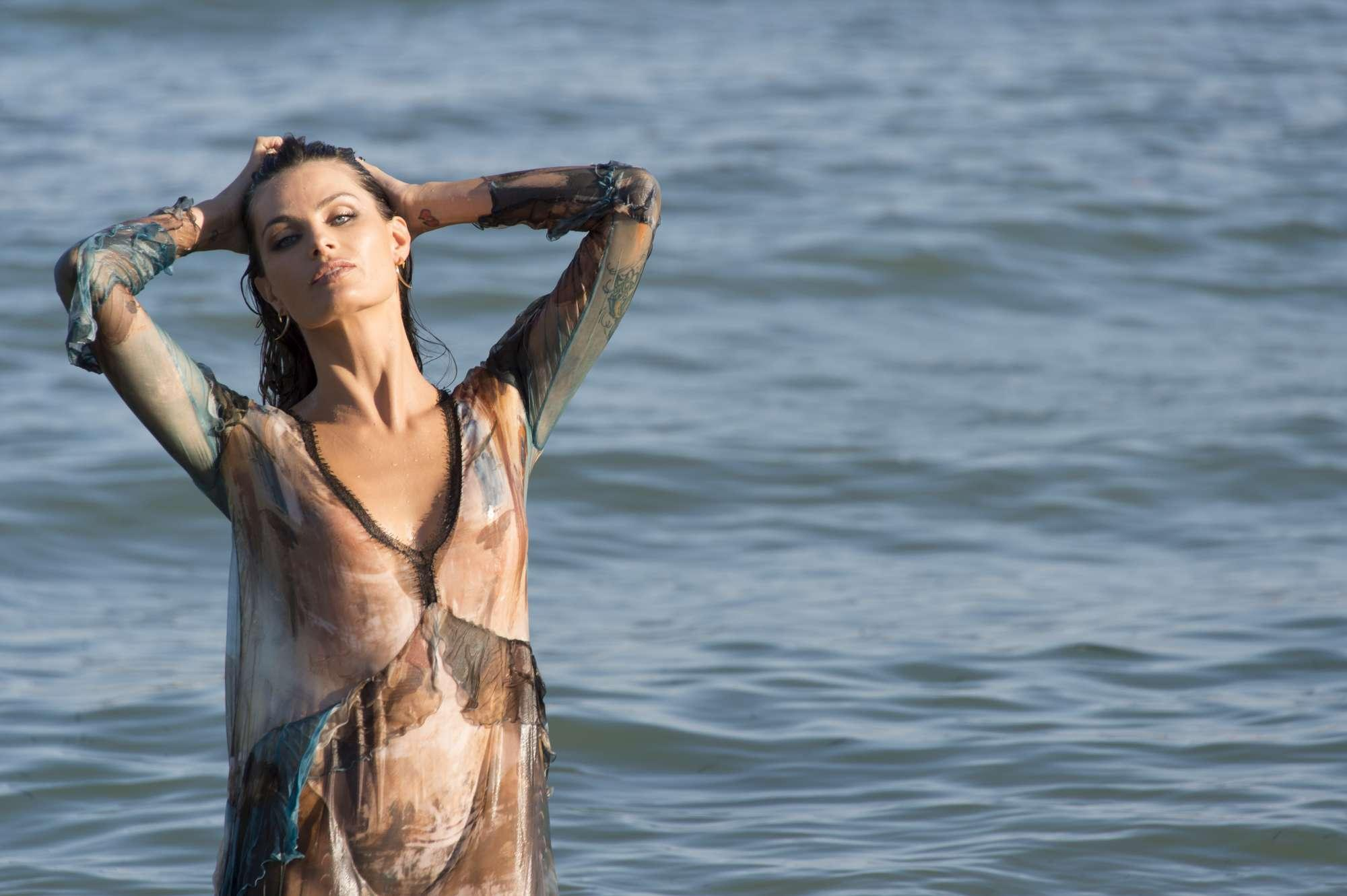Venezia 74, Isabeli Fontana come una sirena sexy seduce il Lido