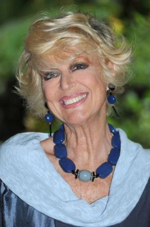 Loretta Goggi: 65 anni tra sceneggiati, imitazioni e varietà