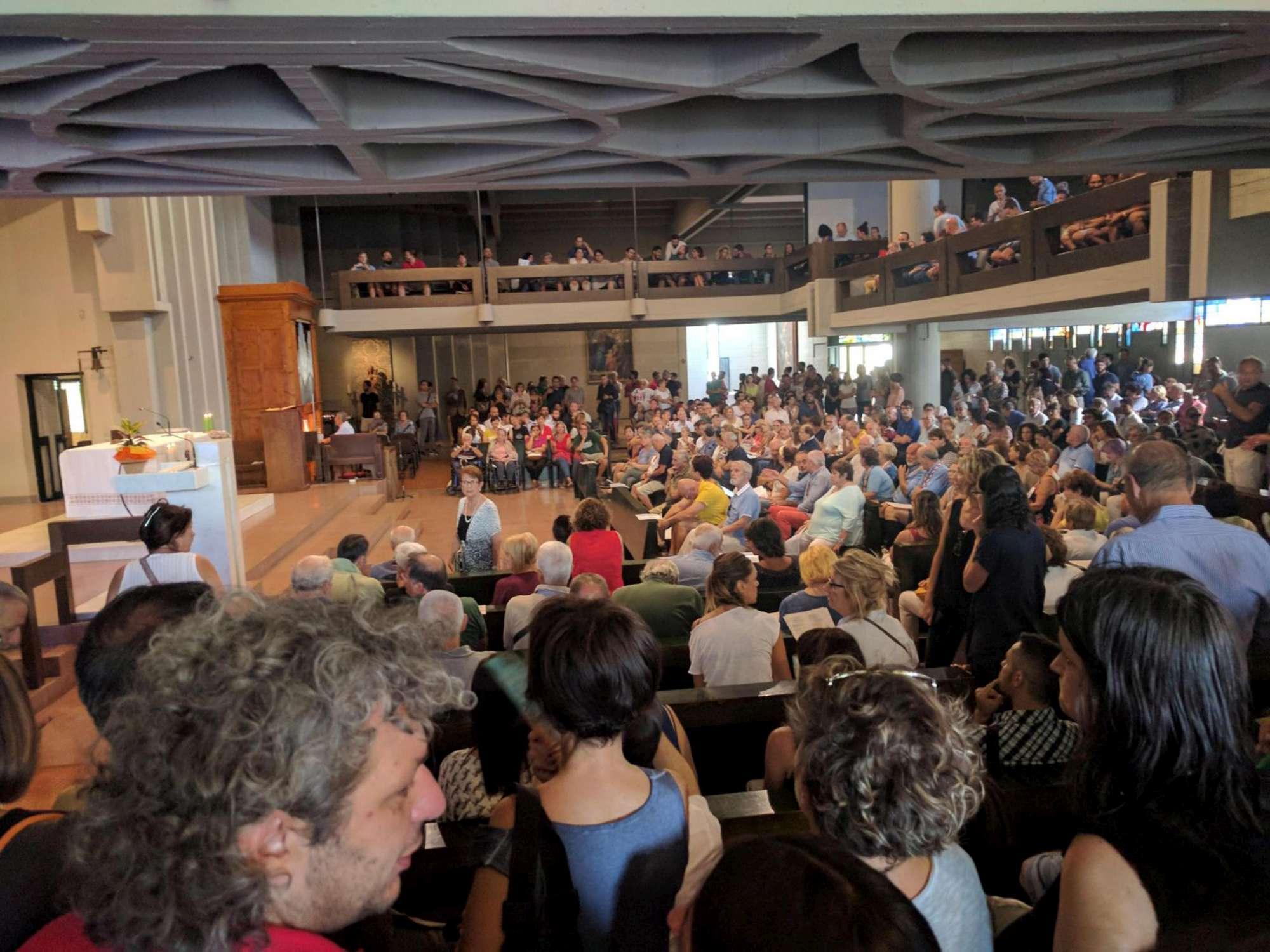 Vicofaro: don Massimo nel giorno della messa, tra fedeli, sostenitori e Forza Nuova