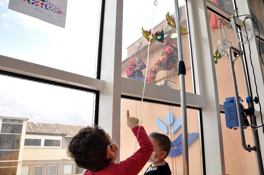 Roma, sorpresa all ospedale pediatrico Bambino Gesù: arrivano i supereroi