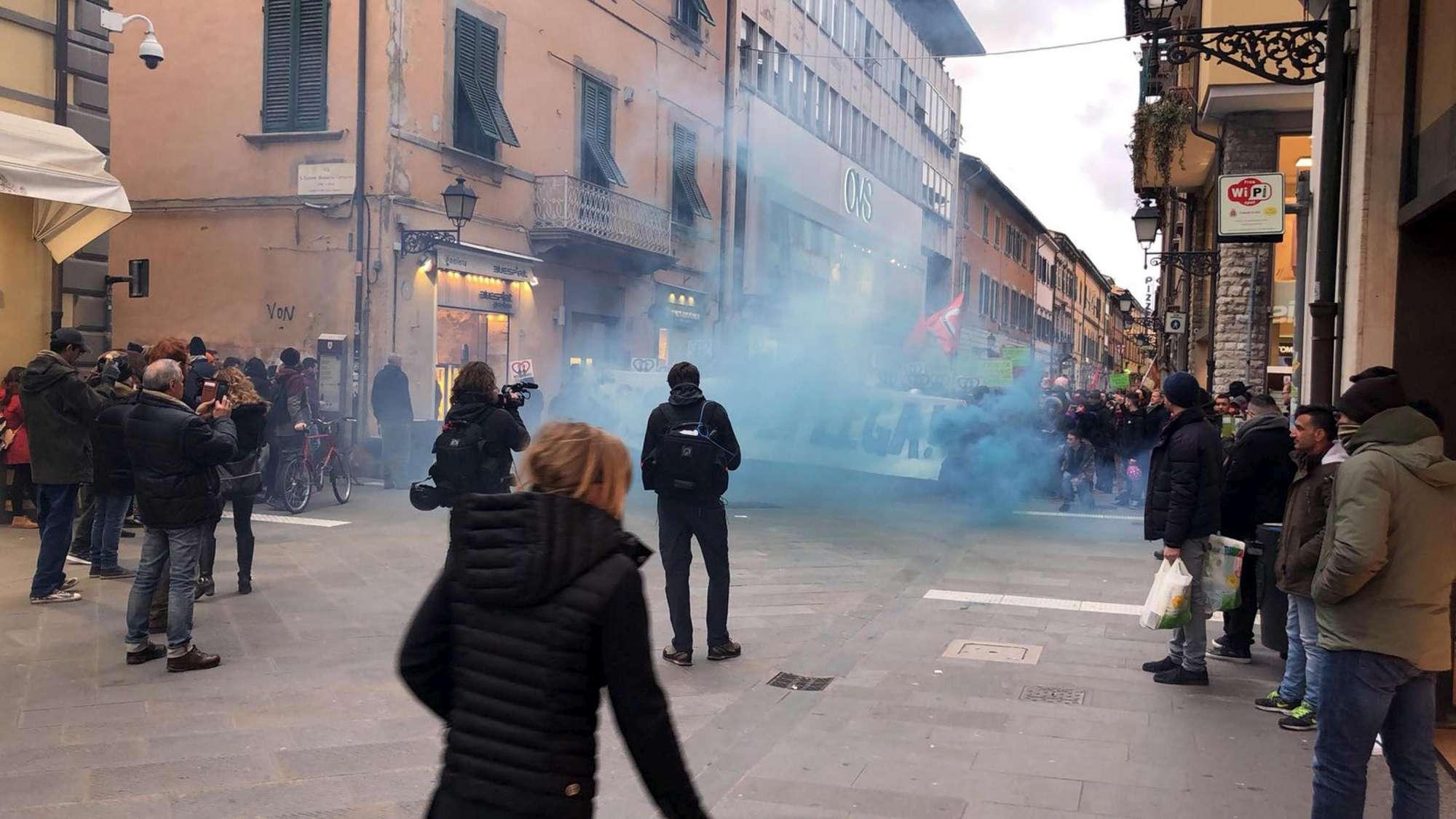 Pisa, proteste contro Salvini: scontri tra antagonisti e polizia