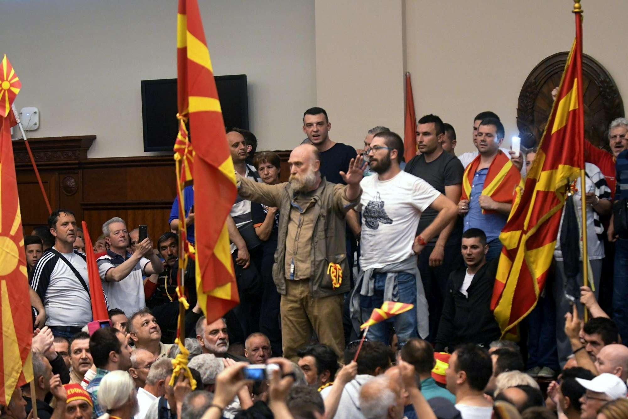 Macedonia, attivisti di destra fanno irruzione in Parlamento: deputati feriti, anche Zaev