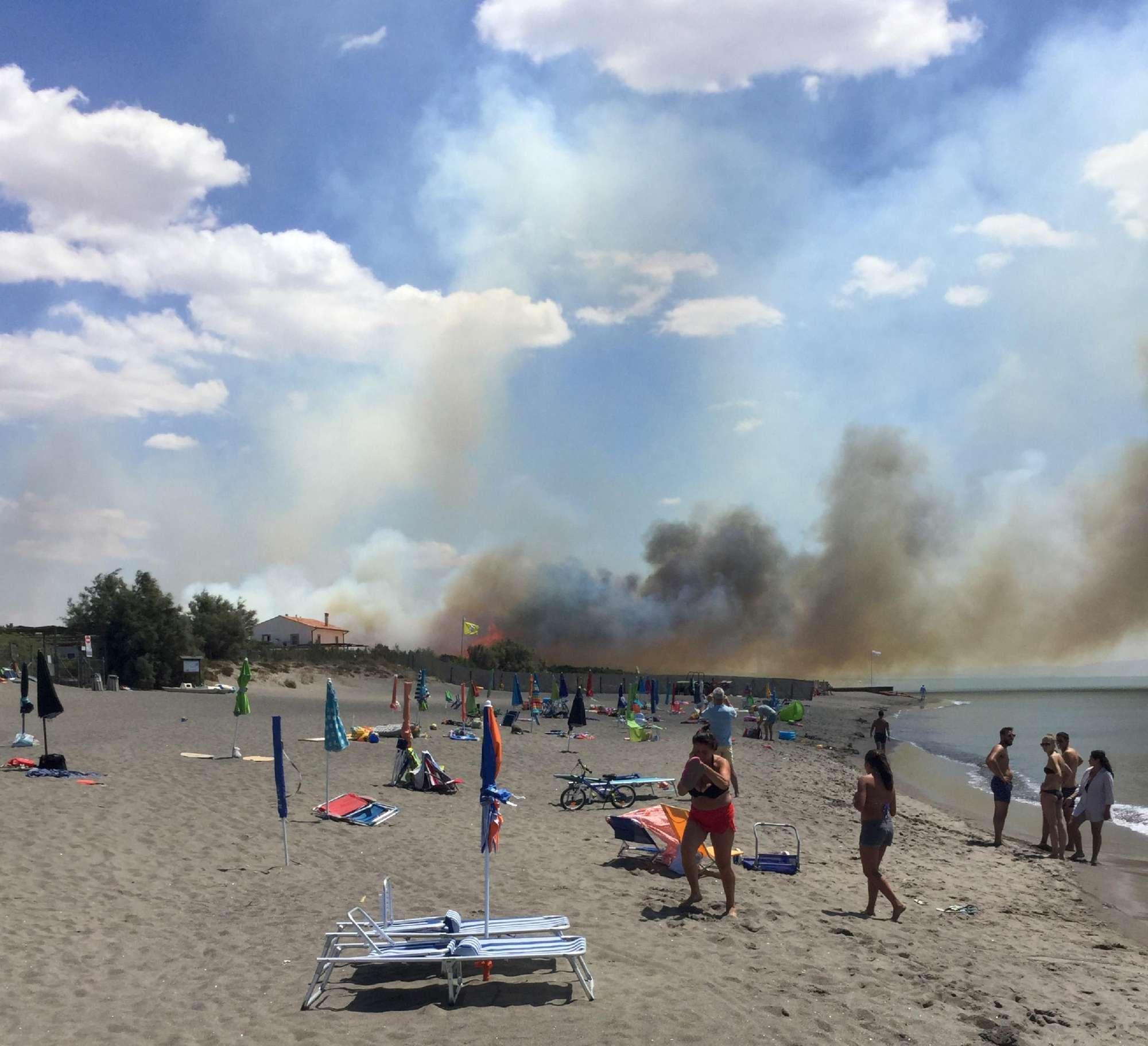Incendio a Capalbio, campeggi evacuati