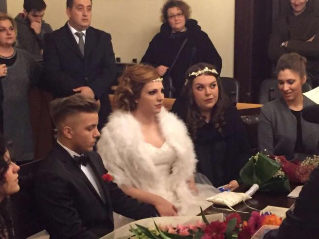 Coppia di transgender si sposano: ma all'anagrafe sessi sono invertiti