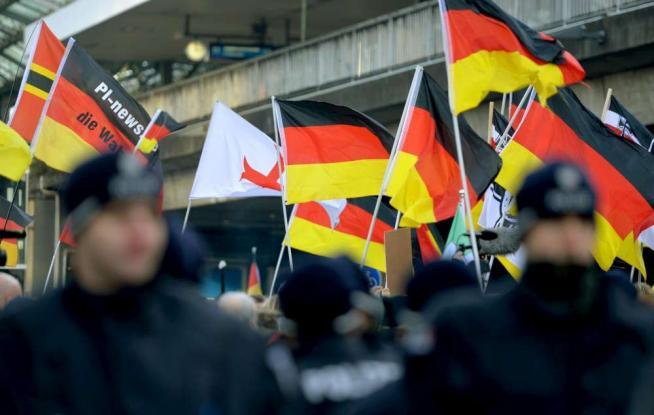 Colonia blindata, il corteo degli estremisti anti-Islam di Pegida interrotto dalla polizia