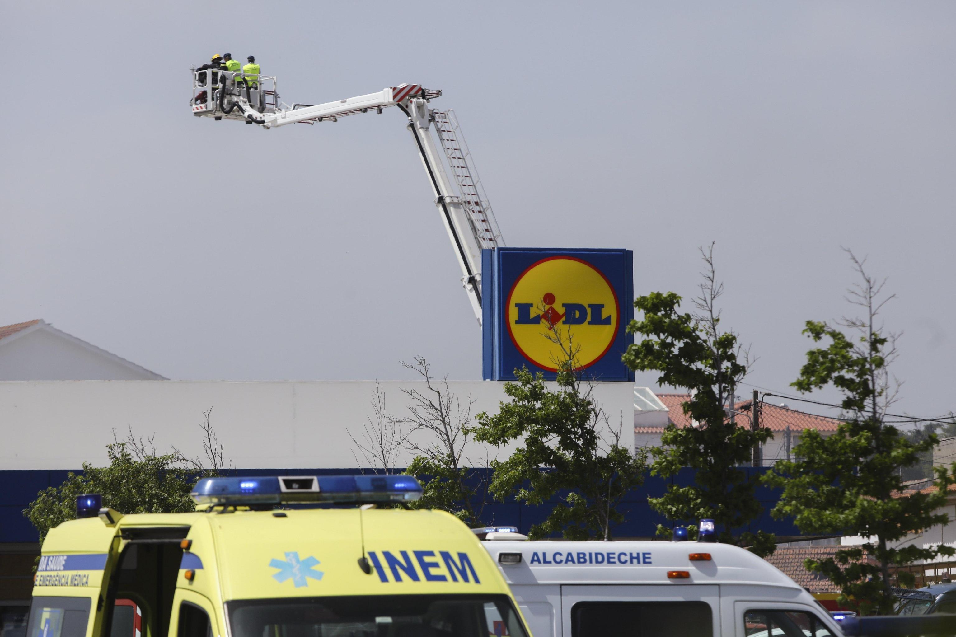 Lisbona aereo si schianta su centro commerciale