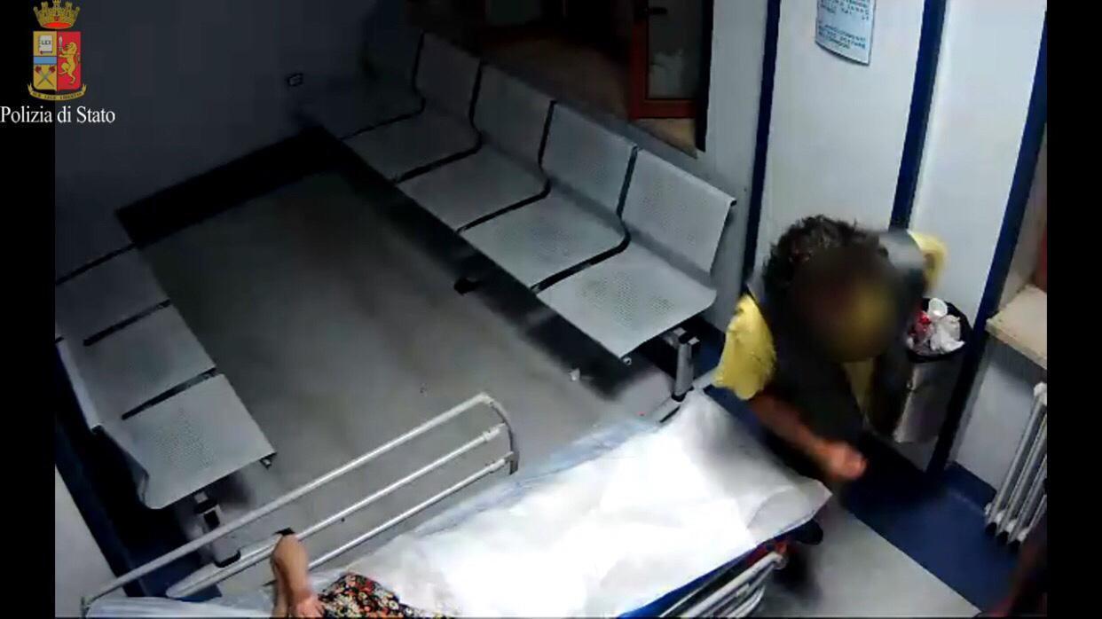 Morta la donna aggredita in ospedale, le immagini delle telecamere
