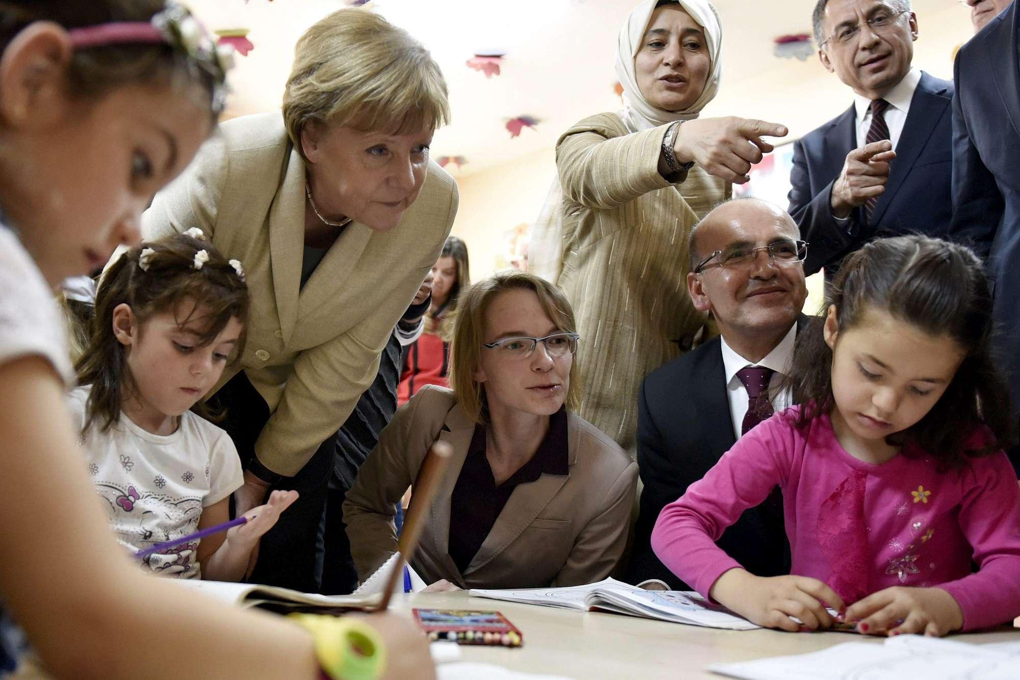 Merkel visita campo profughi siriani nel sud della Turchia