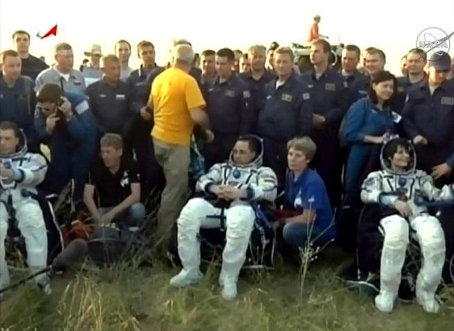 Spazio, rientrata AstrosamanthaNavetta Soyuz atterrata in Kazakistan