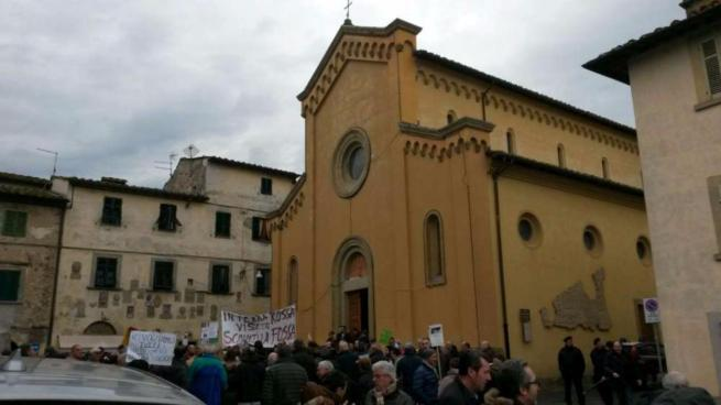 Salvabanche, i risparmiatori protestano a casa Boschi con cartelli e striscioni