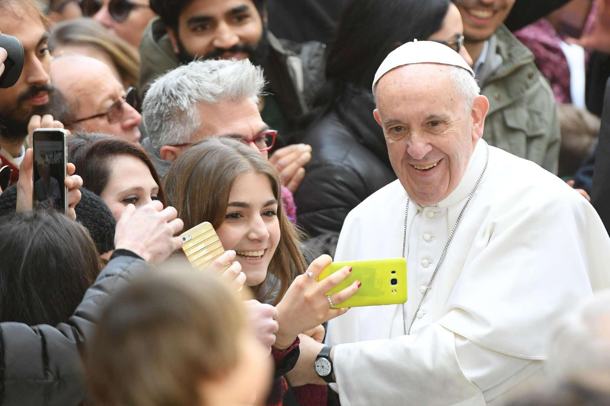 Papa Francesco all Università di Roma Tre, bagno di folla e selfie