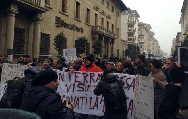 Banche, protesta risparmiatori ad Arezzo: cercano di entrare in sede Banca Etruria