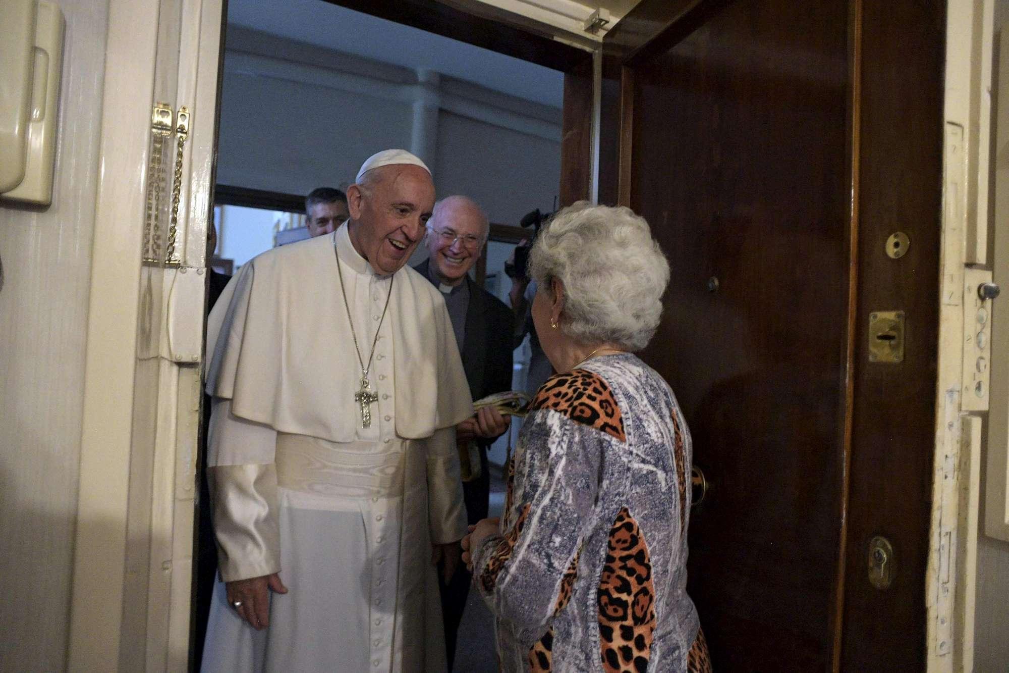 Visita a sorpresa del Papa a Ostia: benedizione nelle case