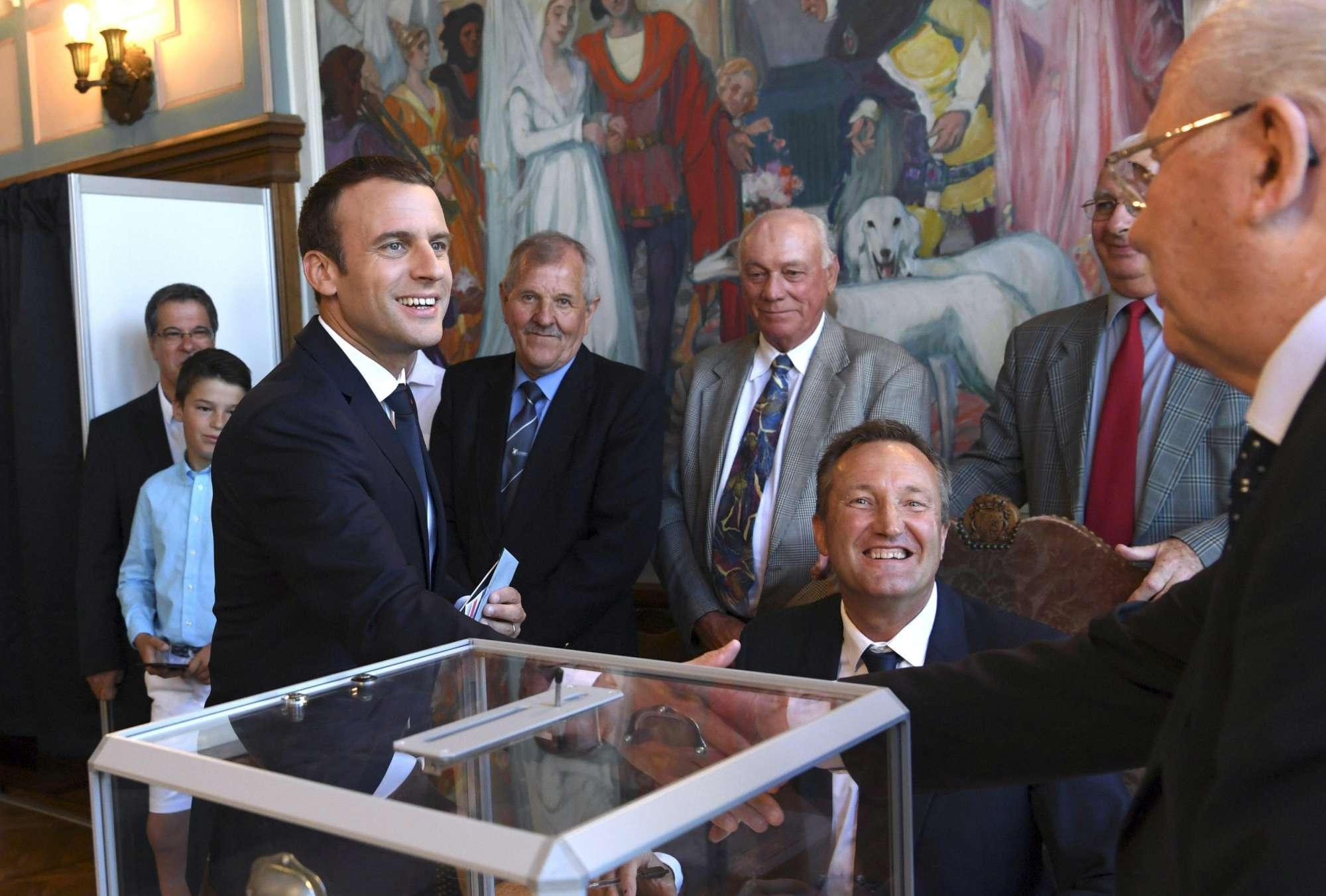 Francia al voto per i ballottaggi, i leader politici alle urne