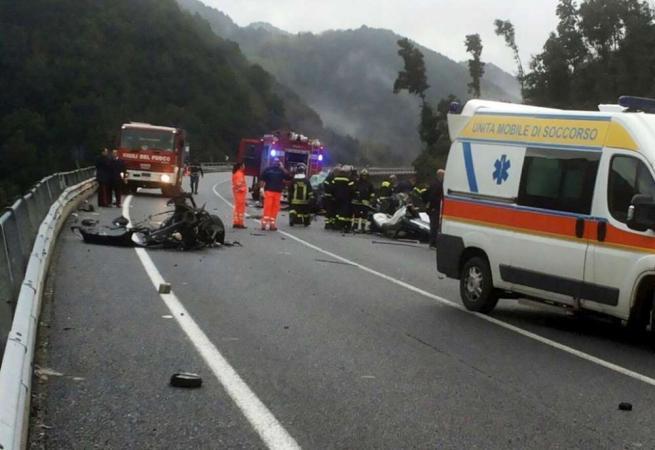 Drammatico scontro in Calabria, un auto precipita in un burrone: sei le vittime