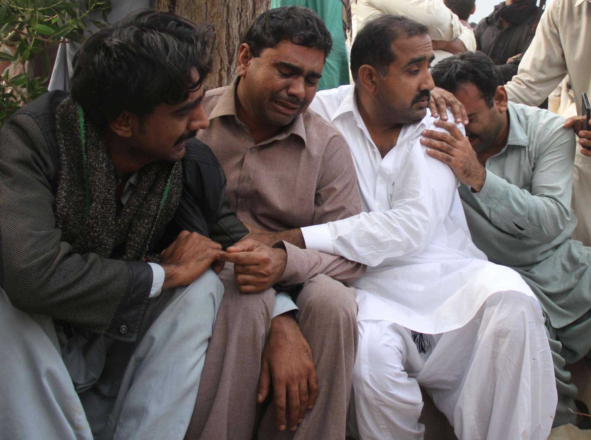 Kamikaze in moschea, almeno 100 morti in Pakistan