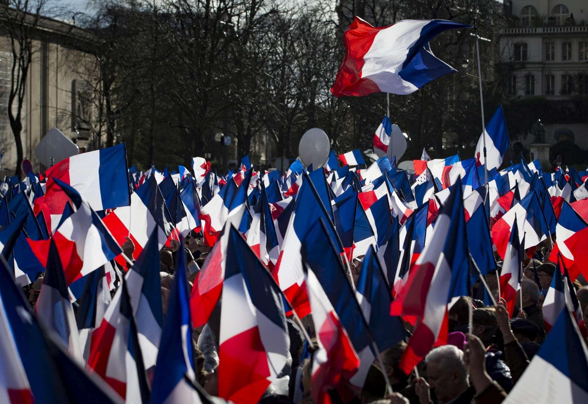Francia, Fillon in piazza a Parigi con i suoi sostenitori:  Andiamo avanti