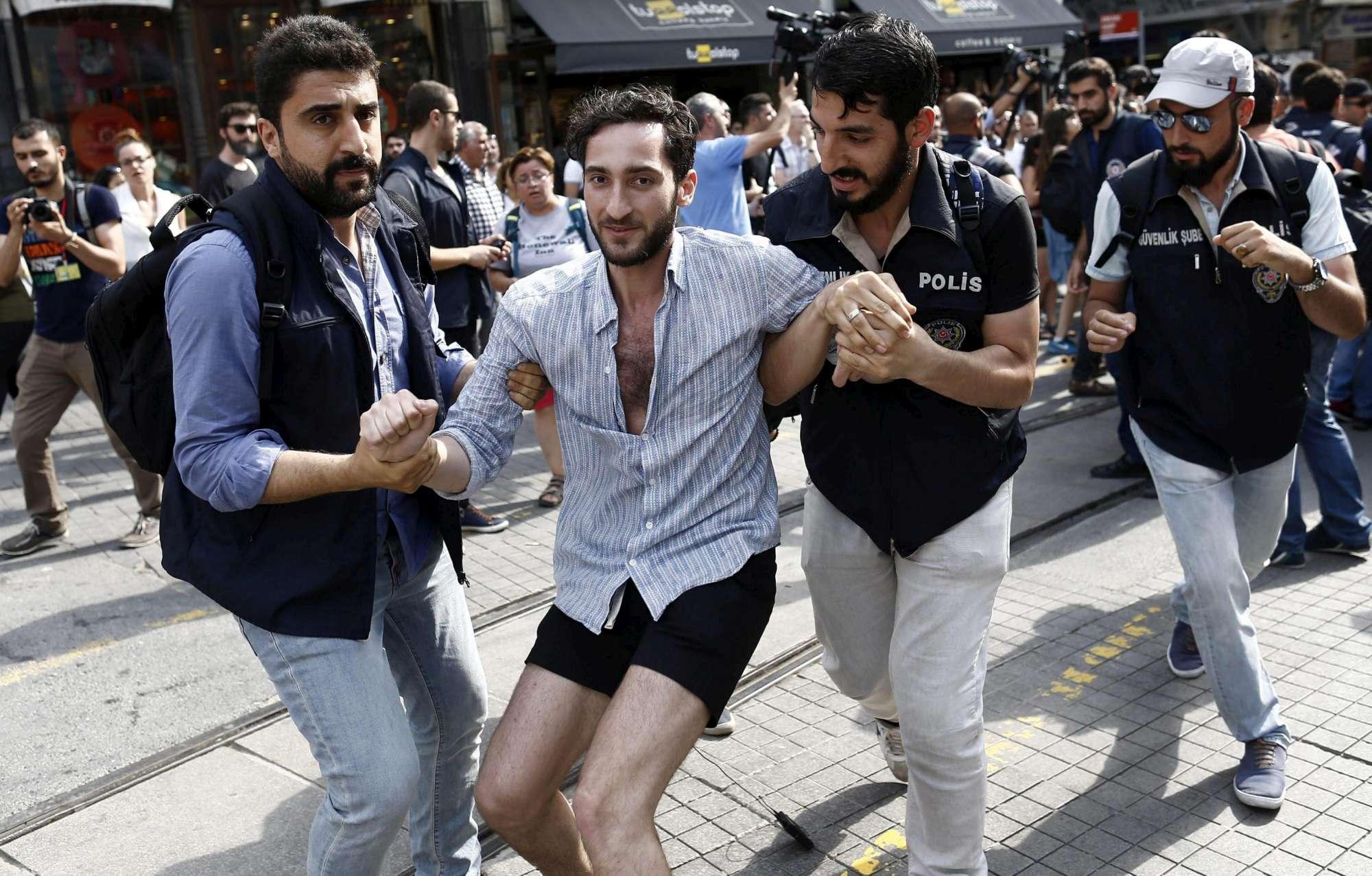 Gay Pride a Istanbul, lacrimogeni e arresti al corteo vietato