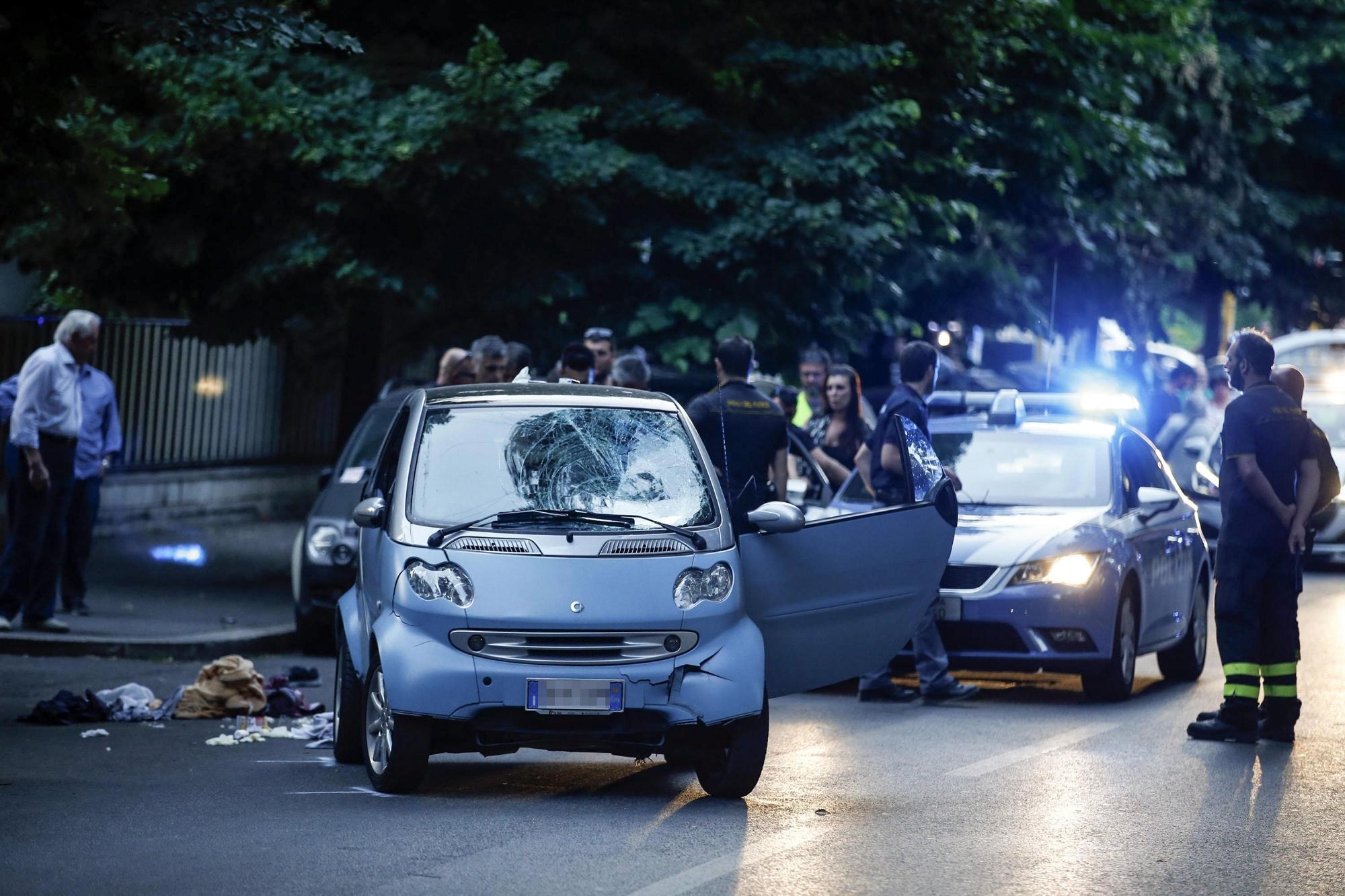 Roma, auto sulla folla. Cinque pedoni feriti, uno è grave