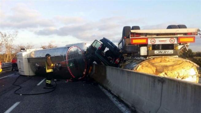Grave incidente a Brindisi, un Tir si ribalta e travolge tre auto: cinque morti