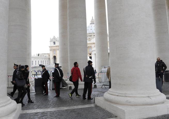 San Pietro blindata per l'Angelus: i fedeli devono passare sotto al metal detector