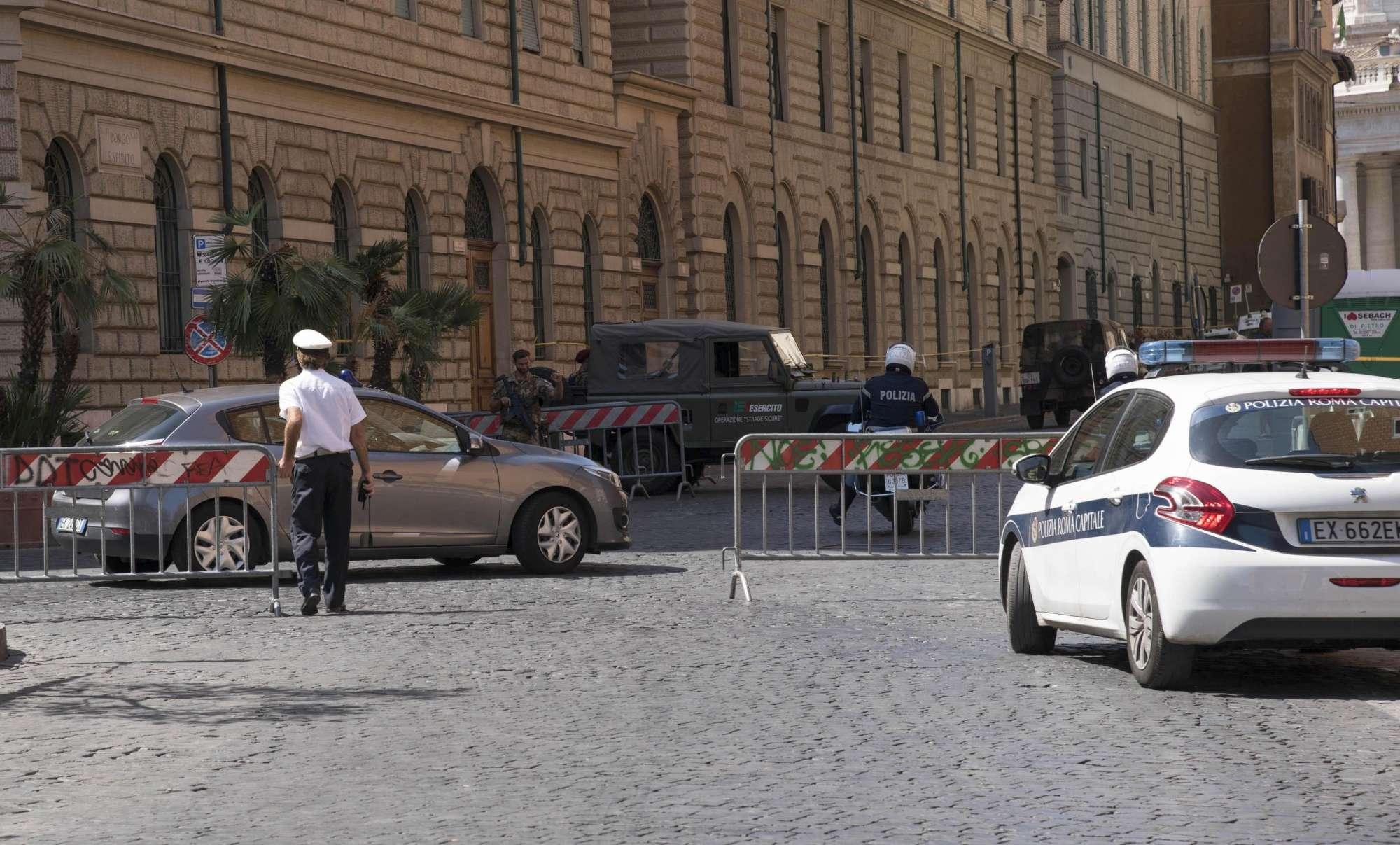 Roma - Esplode tubatura, voragine vicino a San Pietro