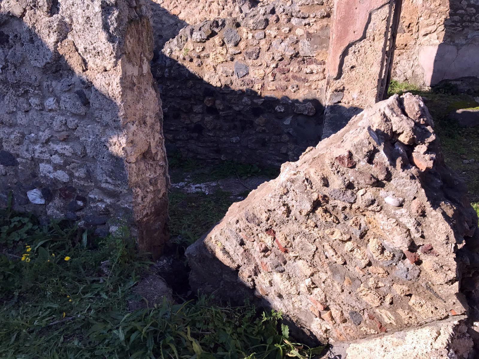 Cede una cisterna e crolla un muro a Pompei