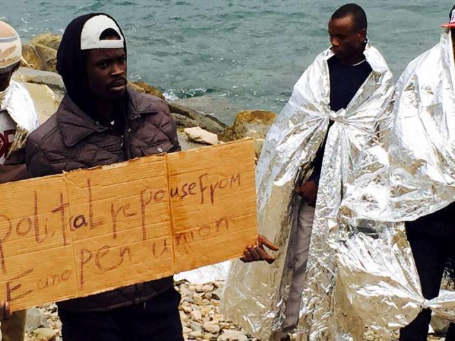 """Ventimiglia, migranti puliscono scogliera Parigi: """"Mai sospeso Schengen"""""""