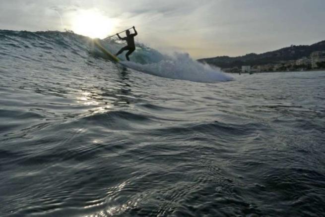 A Varazze arrivano onde alte per fare il surf