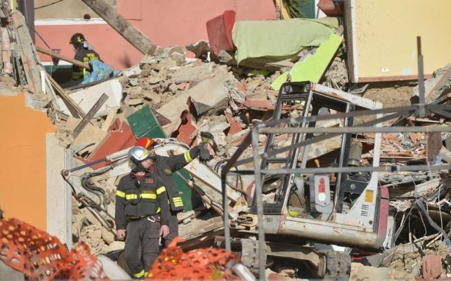 Crolla palazzina nel Savonese, scoppio per fuga di gas: 5 morti, grave una donna