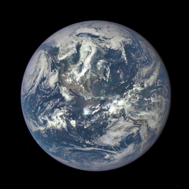 La Terra come una biglia blu: spettacolare foto del nostro Pianeta illuminato dal Sole