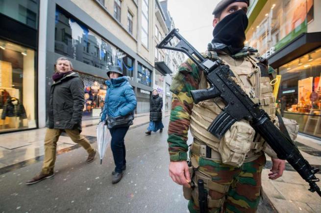 Il Belgio trema, massima allerta terrorismo Bruxelles: chiusi negozi, metro e cinema