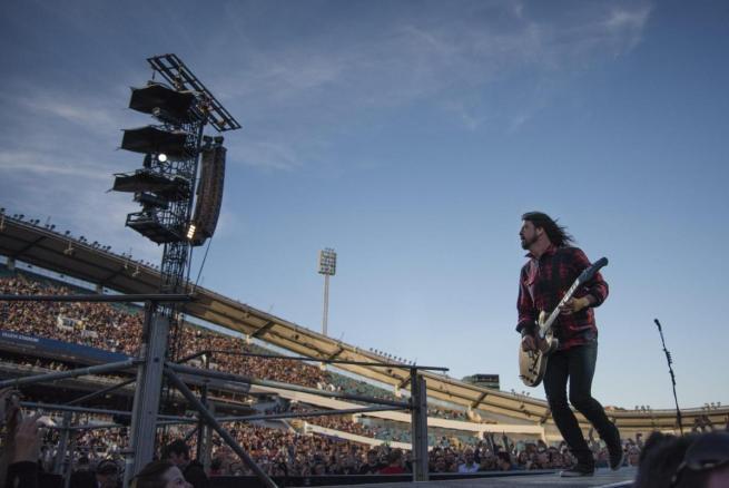 Foo Fighters: Dave Grohl cade dal palco, si rompe una gamba, ma conclude il concerto