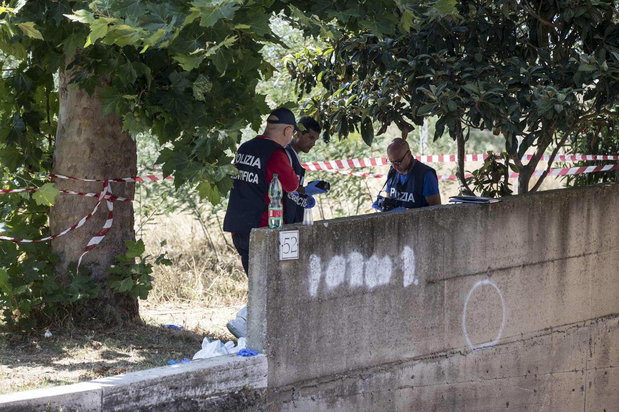 Roma, cadavere trovato in strada: i rilievi della scientifica