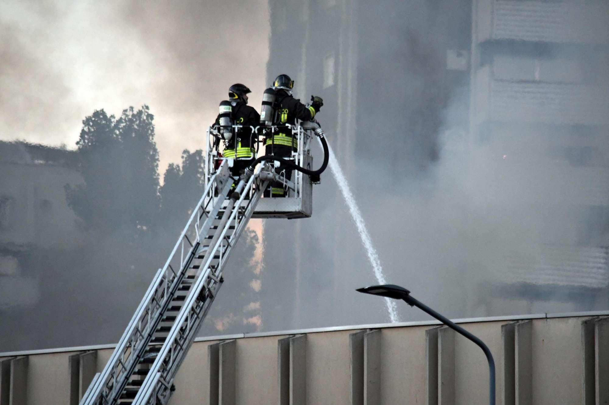 Milano, incendio in deposito rifiuti e nube nera: paura a Bruzzano