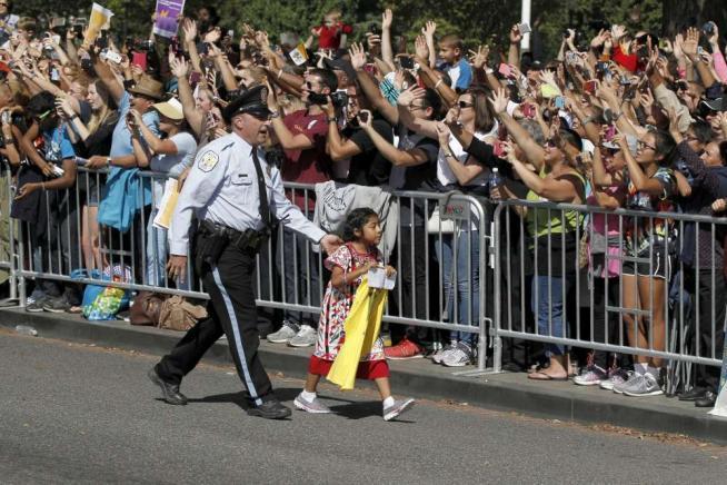 """Bimba sfida la security e abbraccia il Papa: """"Aiuti i miei genitori, immigrati irregolari"""""""
