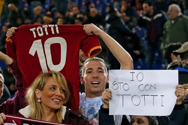 """Roma, l'Olimpico sta con Totti: """"C'è solo un capitano"""""""