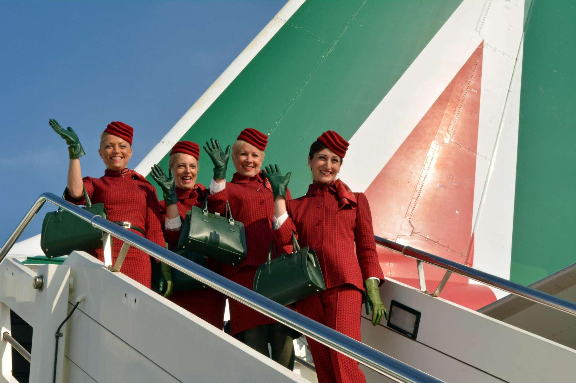 Alitalia, da oggi in volo hostess e steward con le nuove divise