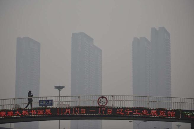 """Cina, Pechino lancia """"l'allarme rosso"""" per i livelli di smog: è la prima volta"""