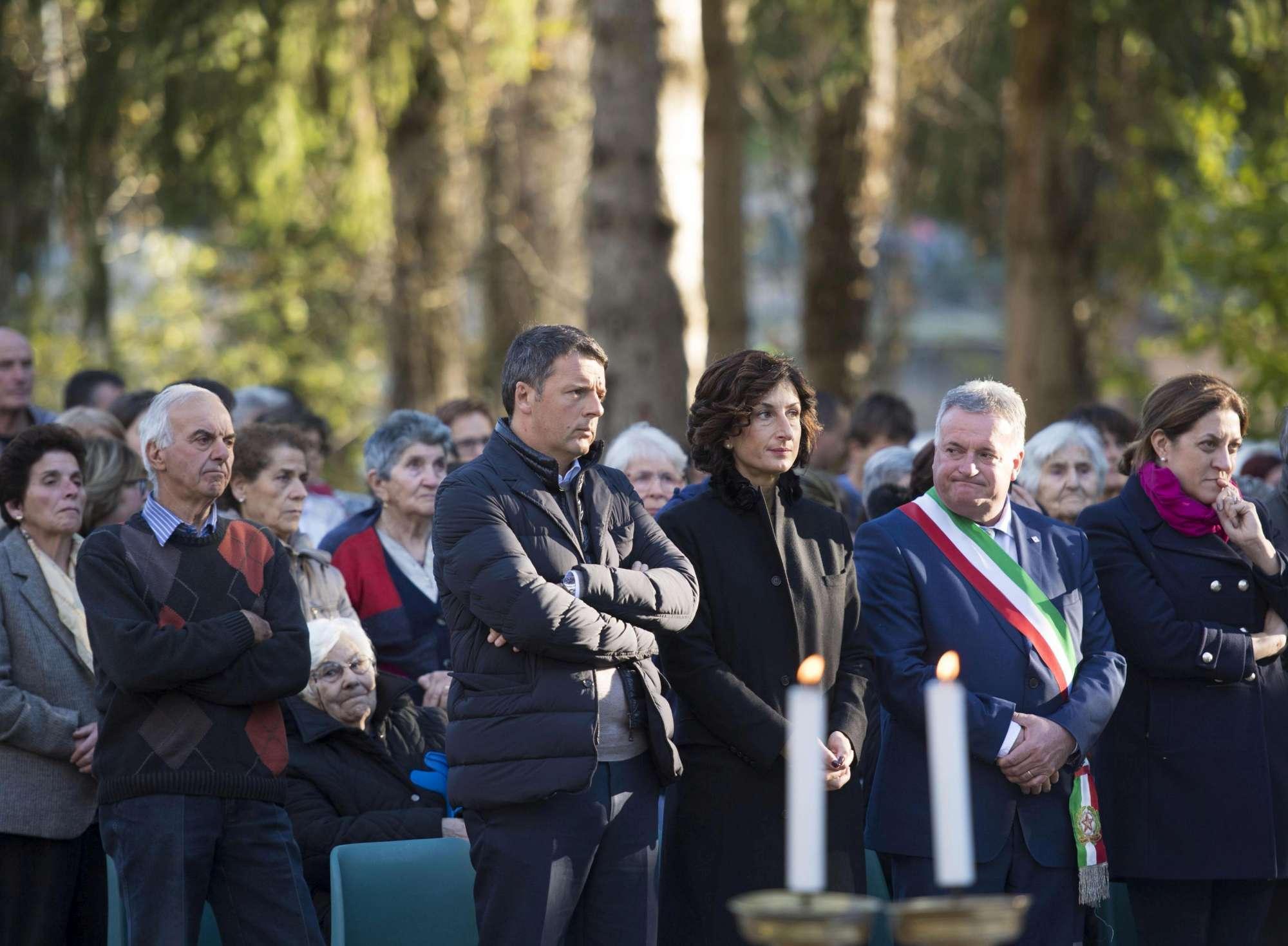 Terremoto, il premier Renzi con la moglie Agnese in visita a Preci