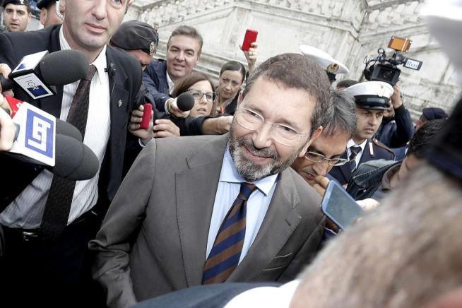 """Roma, Marino restituisce i 20mila euro """"Mai detto 'farò i nomi', ora querelo"""""""