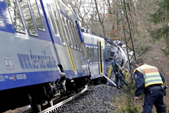 Germania, morte sui binari: due treni si scontrano, dieci morti e 150 feriti