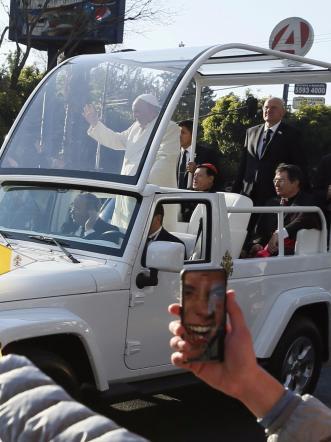 Messico, Papa accolto dalla folla in festa:  Privilegi per pochi portano a corruzione