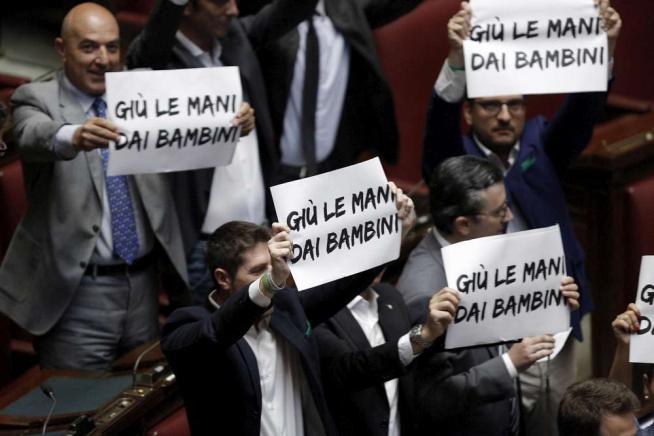 """Scuola, la riforma è legge tra le proteste Giannini: """"Non è atto finale, ma iniziale"""""""